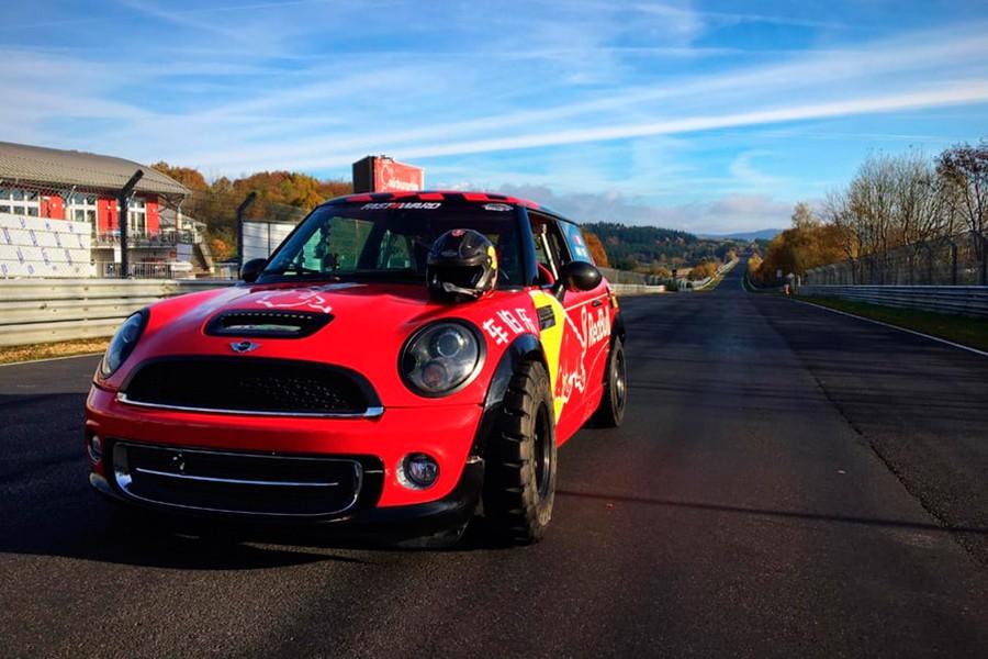 Un Mini bate el récord sobre dos ruedas en Nürburgring
