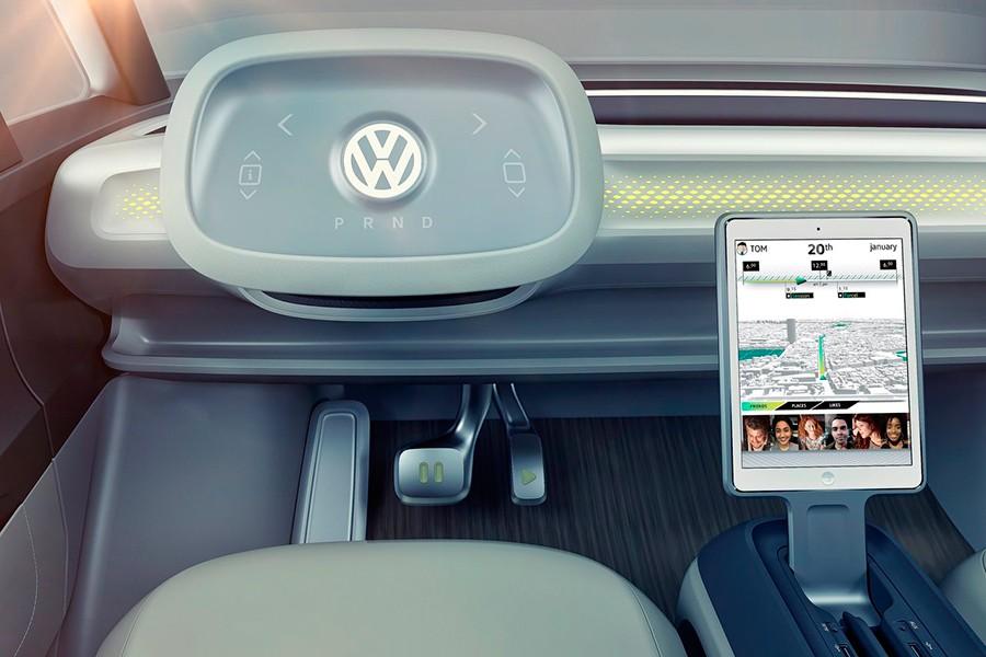 El puesto de conducción está preparado para su doble personalidad, autónoma y con conductor.