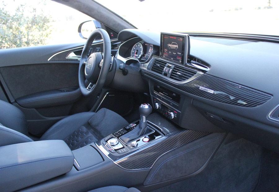 En el habitáculo del Audi RS6 está acabado con fibra de carbono en ciertas piezas.