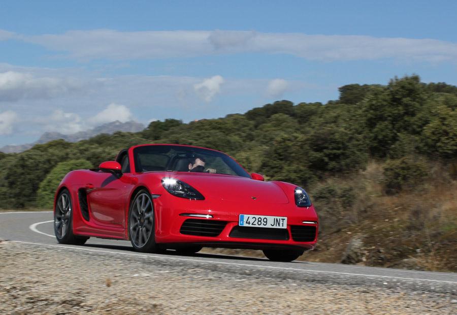 Con el motor turbo de 4 cilindros y 2,5 litros, la versión S del nuevo Porsche Bobster entrega 349 CV.