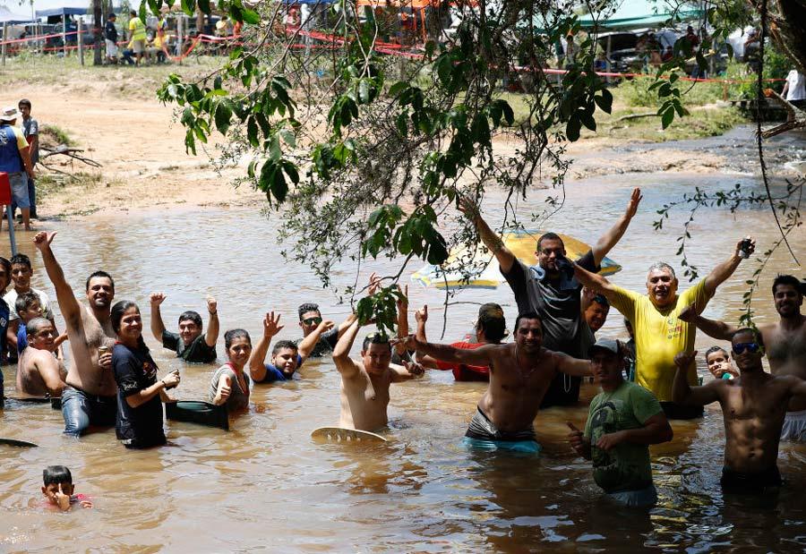 Espectadores en un río.
