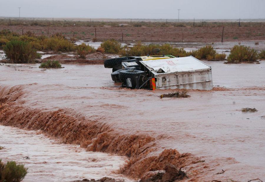 Camión volcado en un río.