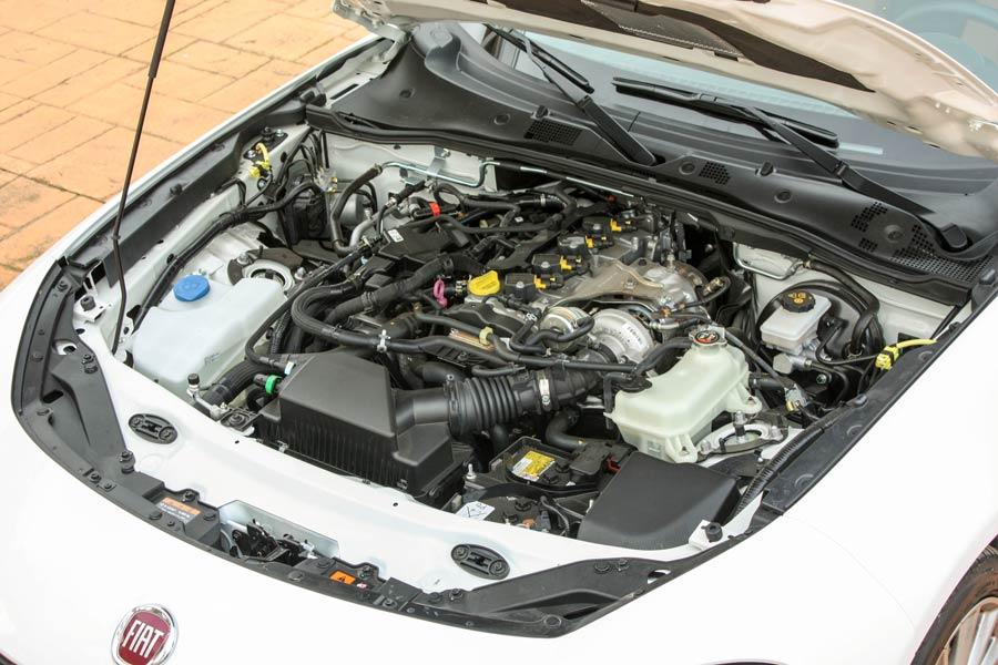 El Fiat 124 Spider monta un motor turbo de gasolina de 1,4 litros de cubicaje que desarrolla 140 CV y entrega 240 Nm de par.