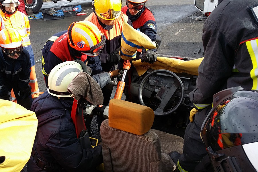 Sólo el personal especializado sabe cómo y tiene las herramientas para socorrer con seguridad.