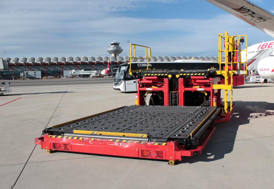 Esta báscula carga y descarga los aviones a los que llega el equipaje paletizado. Eleva hasta 4,5 metros y soporta 7.000 kilos de carga.