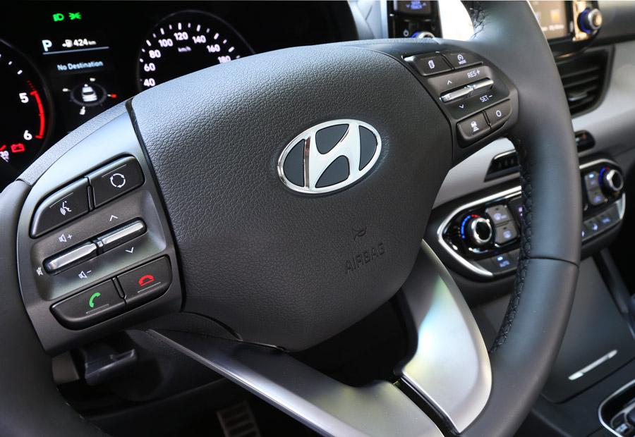 Desde el volante podemos controlar funciones del coche, lo que redunda en la seguridad. Por ejemplo, ofrece control por voz para enviar mensajes de texto a un teléfono móvil.