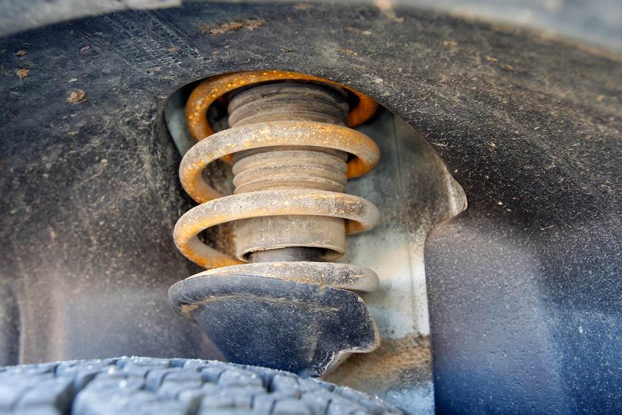 Unos amortiguadores en mal estado aumentan la distancia de frenado del vehículo.