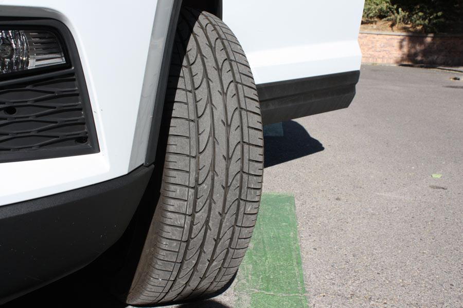 Es muy importante comprobar el interior de los neumáticos.