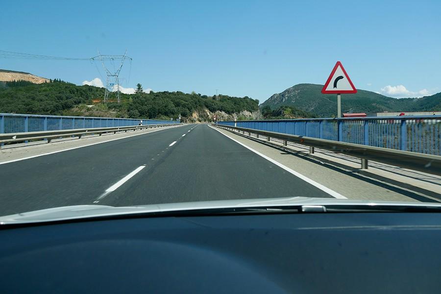 Por el día tenemos mucha más visibilidad, que es la herramienta mas importante para poder conducir con seguridad.