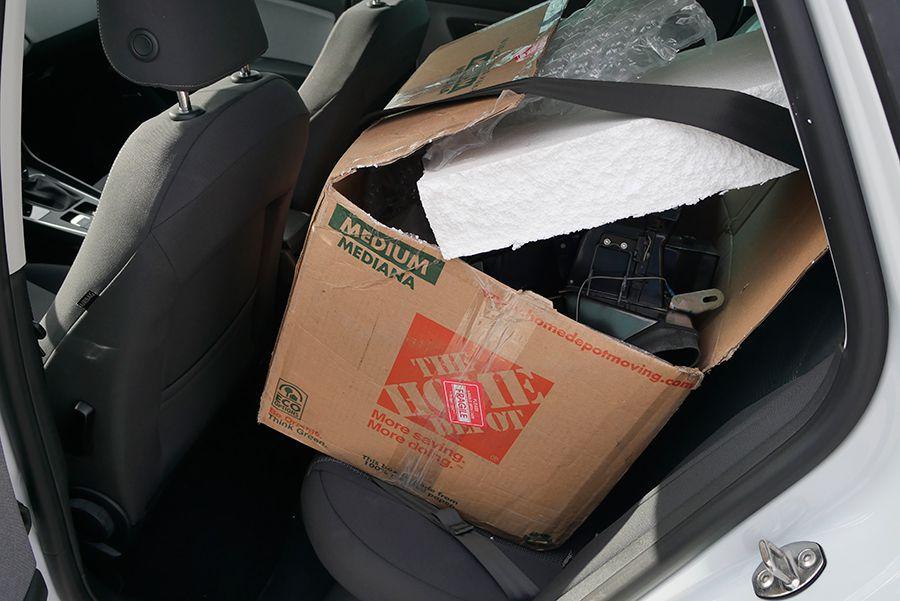 El típico truco de sujetar una caja con el cinturón de seguridad no sirve de nada en caso de accidente.