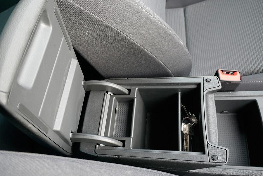 Los objetos metálicos o pesados, como las llaves, deben dejarse en huecos con tapa.