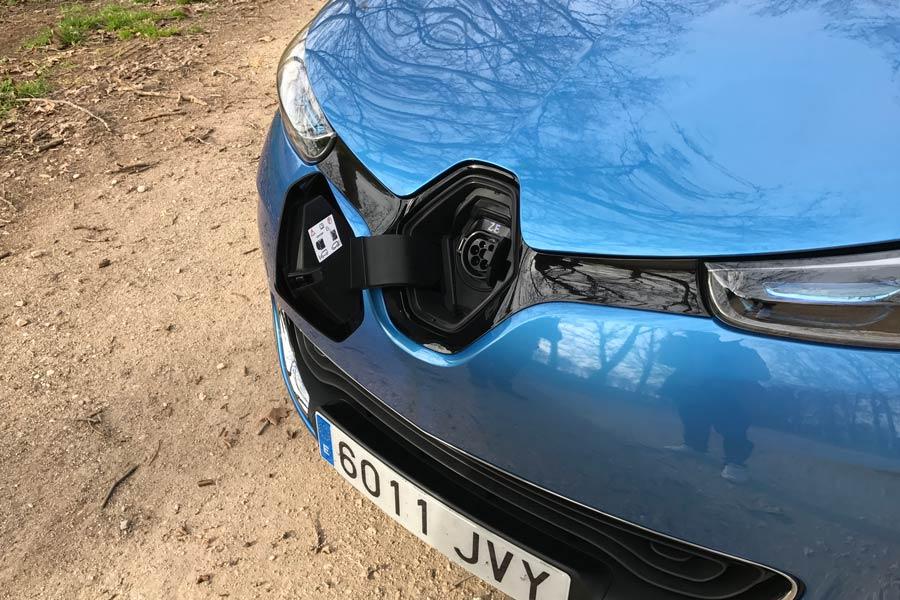 Toma del enchufe del Renault Zoe para su carga.