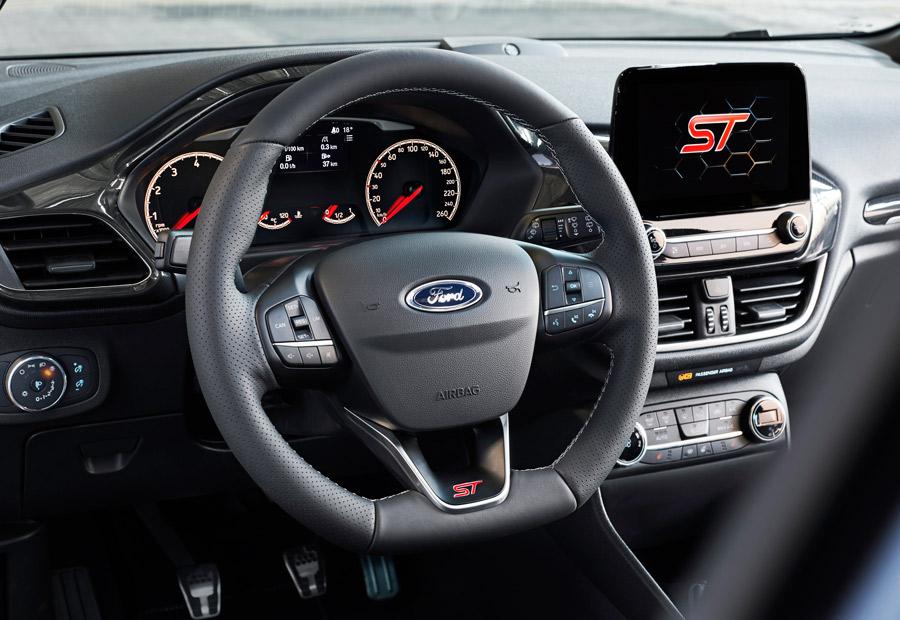 En el interior del nuevo Ford Fiesta ST encontramos volante deportivo y nueva pantalla en la consola central.