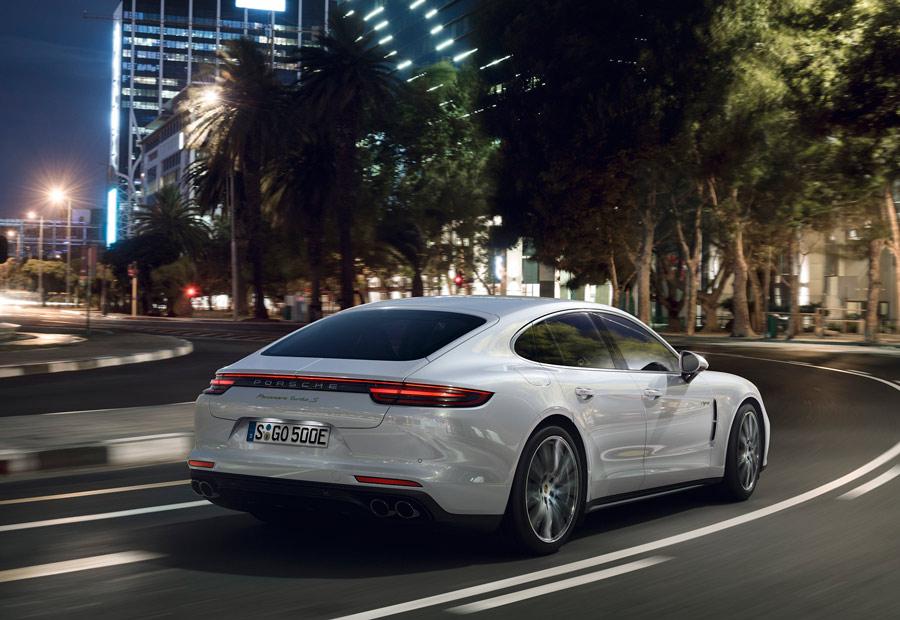 El Porsche Panamera Turbo Híbrido tiene motor eléctrico alimentado por baterías enchufables.