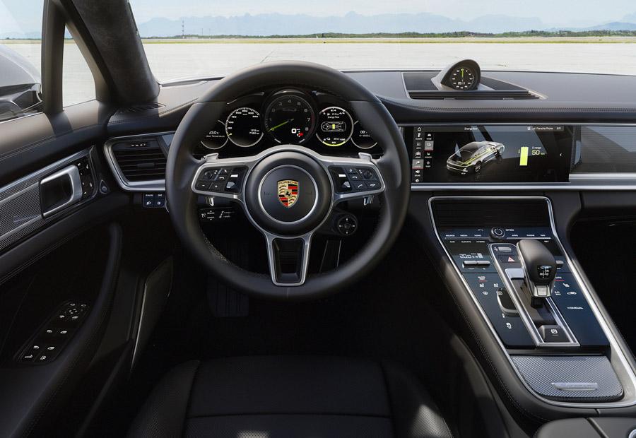 El interior del nuevo Panamera Turbo Híbrido es similar al del resto de la gama pero, detrás del conductor, puede haber 15 centímetros más de longitud.