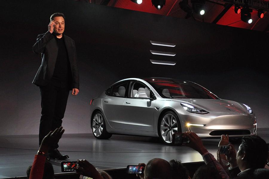 Adidas ha denunciado a Tesla por emplear tres líneas paralelas en el logo del Model 3.