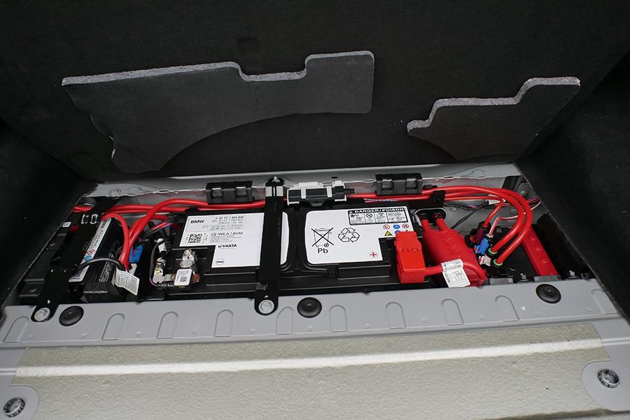 La batería principal va en el maletero.