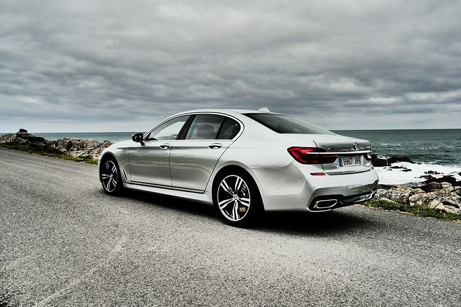 El BMW 750d tiene un diseño poco arriesgado, pero elegante.