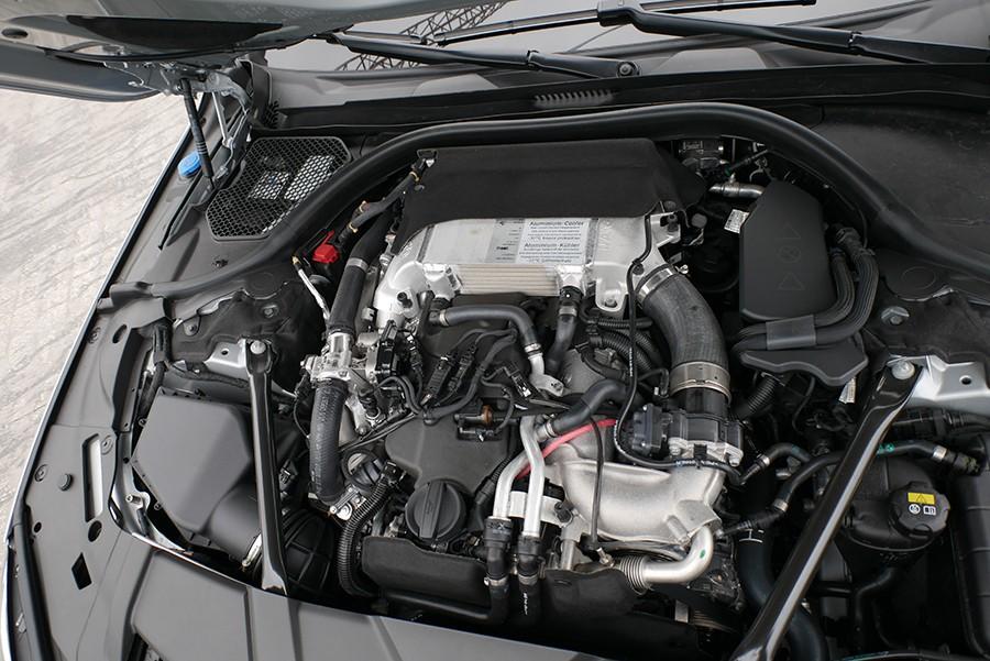 El motor de 3 litros y 4 turbos diésel es un verdadero prodigio mecánico.