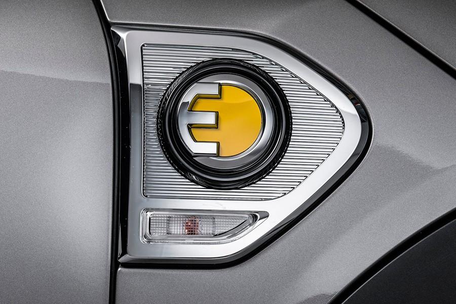 Detalle del logo de híbrido enchufable de Mini.