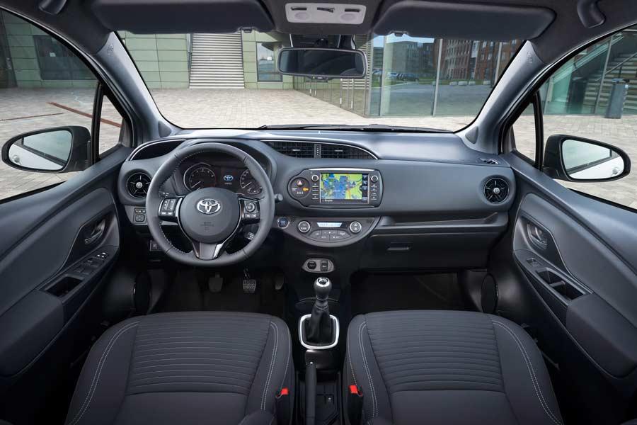 El interior del Toyota Yaris 2017 apenas ha cambiado.