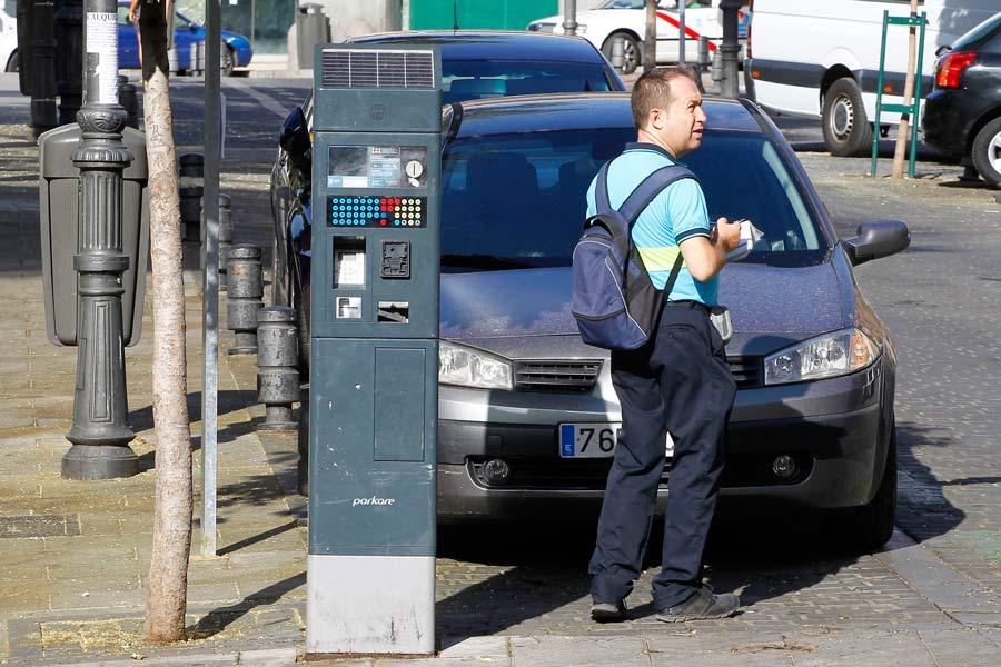 El Ayuntamiento de Madrid estudia la posibilidad de aumentar el horario de los parquímetros y las restricciones de la zona SER.