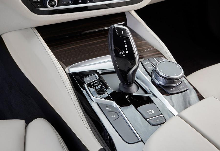 Excepto en la versión de acceso a la gama diésel, que es manual de serie, todos los BMW Serie 5 montan caja de cambios automática.