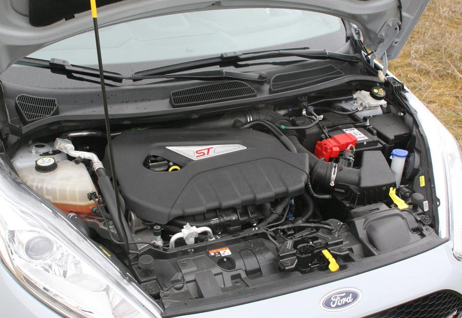 El motor de esta generación del Fiesta ST es de 4 cilindros, 1,6 litros, inyección directa y turbo.