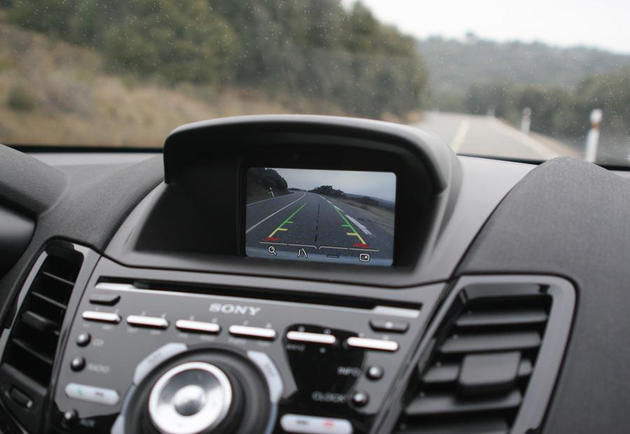 """La pantalla central del Ford Fiesta ST es de 5"""" y es opcional que sea en color."""