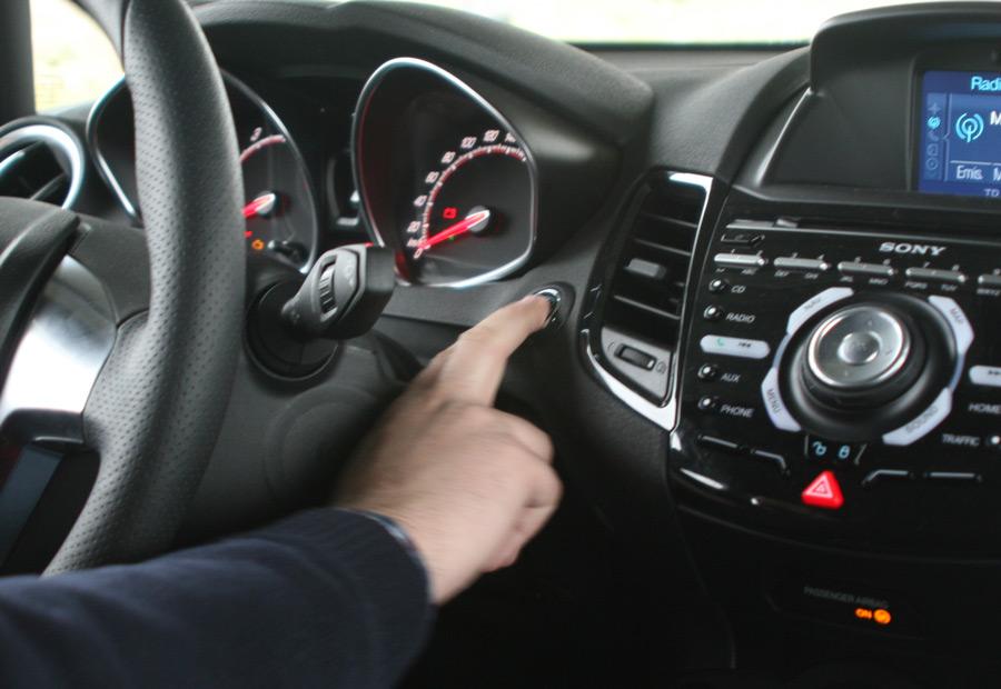 Junto al volante, tenemos el botón que da vida al Ford Fiesta ST200.