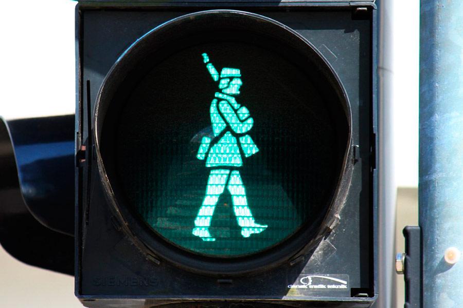 Semáforo con soldado en Fredericia, Dinamarca.