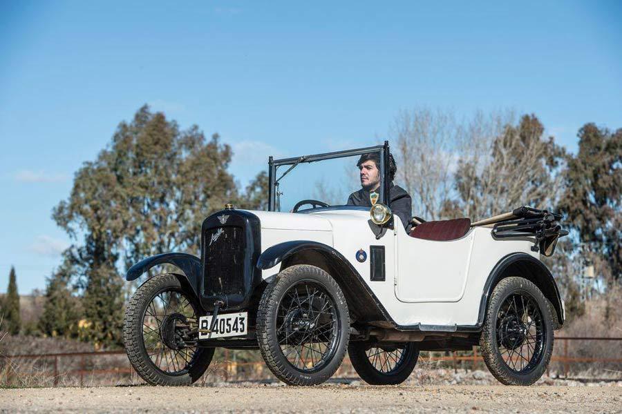 Francisco Carrión, con larga experiencia en el mundo de los coches clásicos, es uno de los subastadores que revisan los vehículos anunciados en Catawiki.