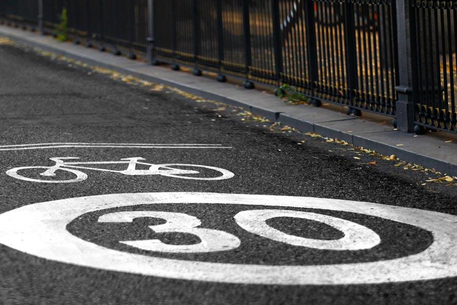 Los carriles dedicados al paso de ciclistas en ciudad están limitados a 30 km/h.