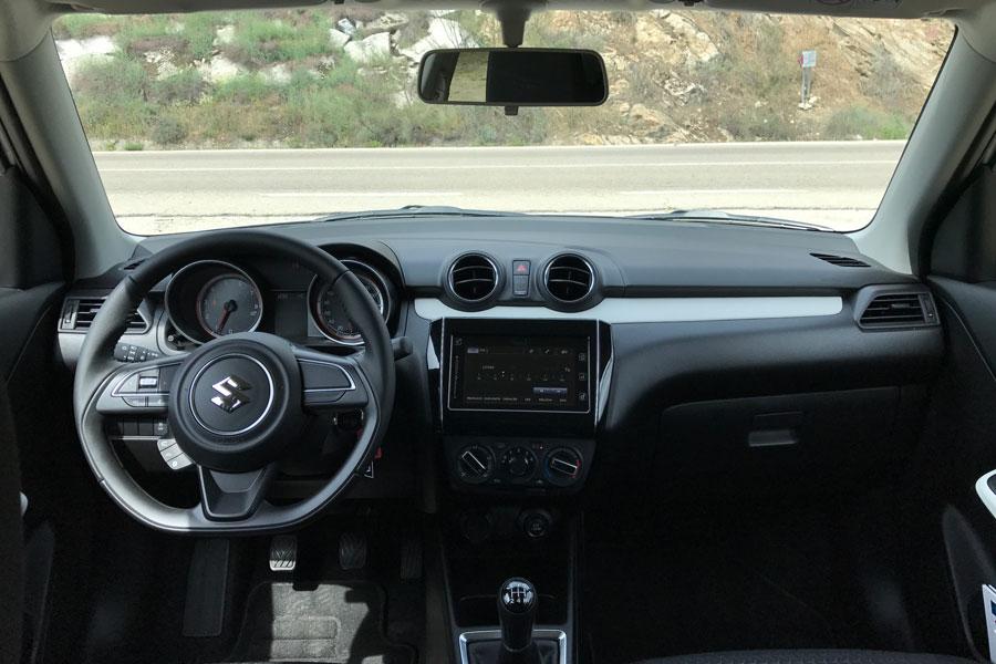 El habitáculo es bastante ergonómico y la consola central está levemente orientada al conductor.