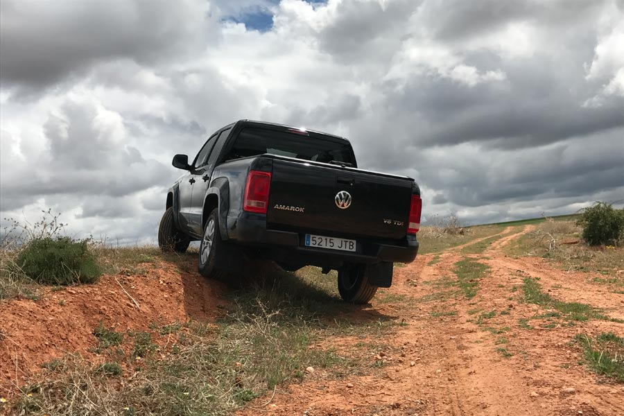 El VW Amarok V6 se mueve como pez en el agua por pistas quebradas de tierra y produce un disfrute fantástico.