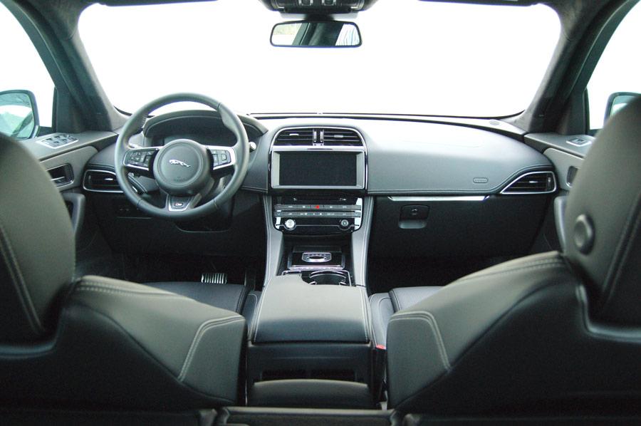 El interior del Jaguar tiene toques minimalistas y de calidad