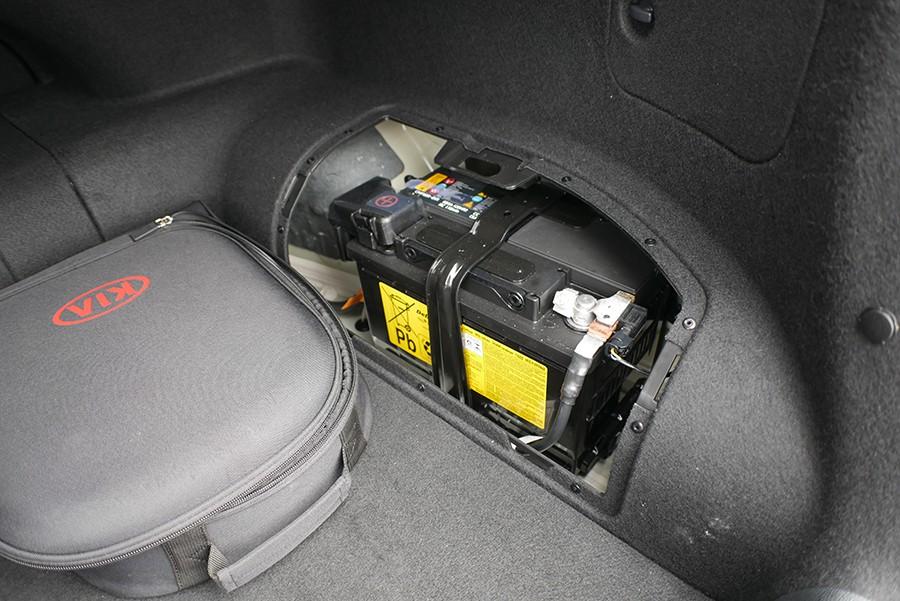 La batería de 12 voltios también está en el maletero.