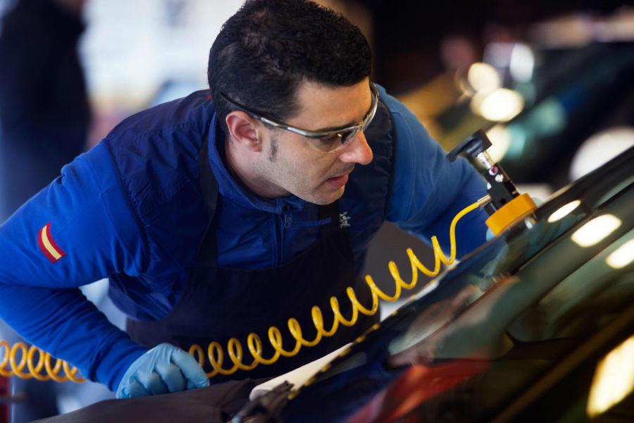 La técnica actual permite reparar lunas del automóvil que antes habrían sido sustituidas.