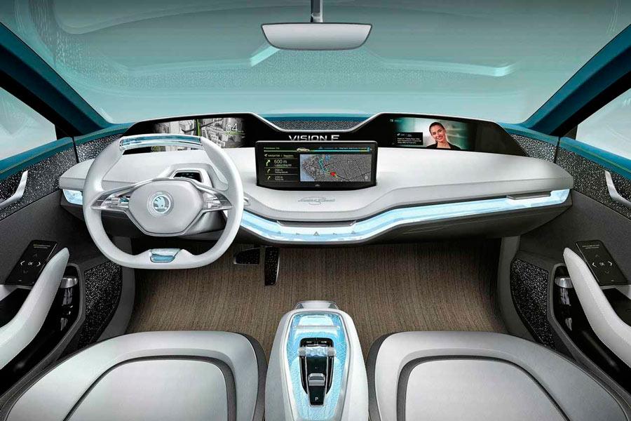 El interior cuenta con display e instrumentación digital y manejo táctil y gestual de los controles de infoentretenimiento.