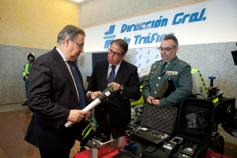 El ministro del Interior, Juan Ignacio Zoido, y el director general de Tráfico, Gregorio Serrano, durante la presentación de la nueva patrulla integral para la Guardia Civil.