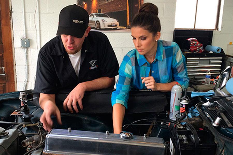 Lauren Bohlander, esposa del piloto de carreras Tony Kanaan, en una aparición en el programa Garage Squad.