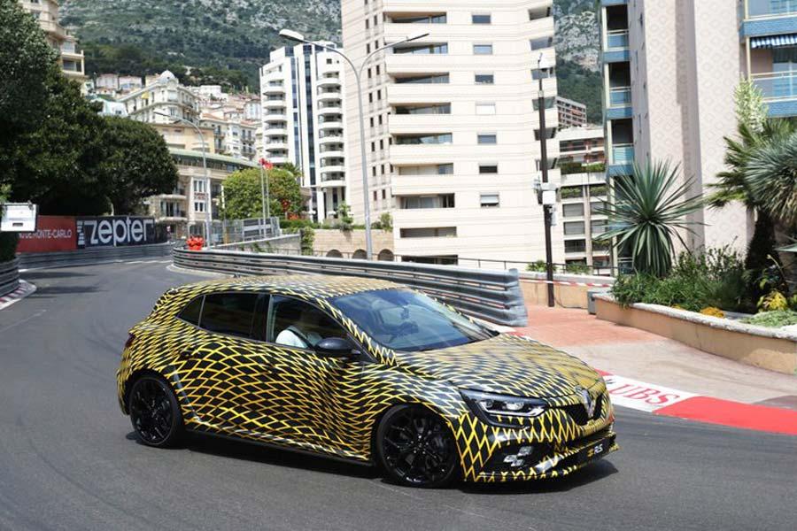 Hulkenberg pilota el nuevo Mégane RS por las calles del Principado.