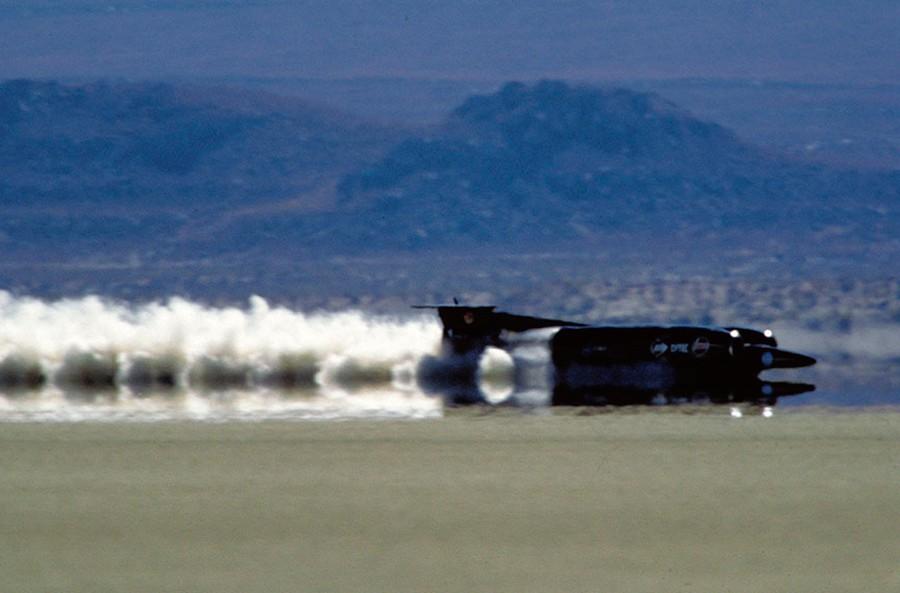 Este coche ha rodado más rápido que el sonido.