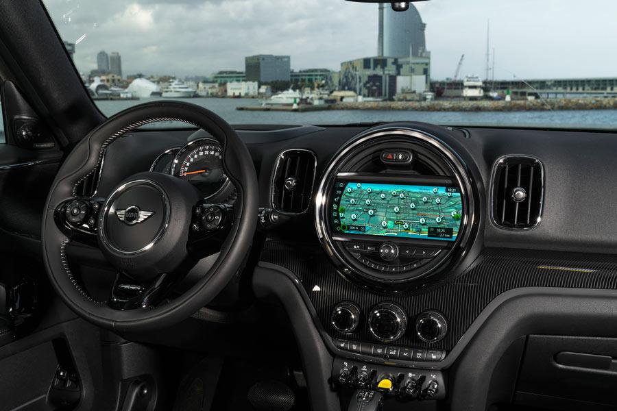 El interior del Countryman híbrido enchufable mantiene el característico diseño de Mini.