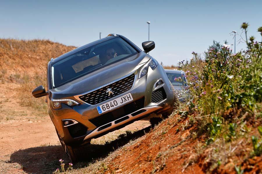 Pese a no tener tracción total, el Peugeot 5008 se comporta muy bien en terrenos -no demasiado quebrados- fuera del asfalto.