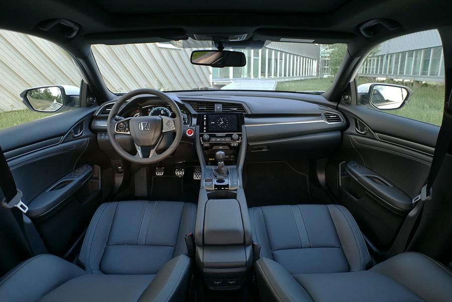 El interior es más convencional y da un paso atrás en ergonomía.
