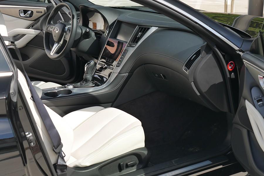 El interior del Infiniti destaca por calidad de materiales, acabados y diseño.