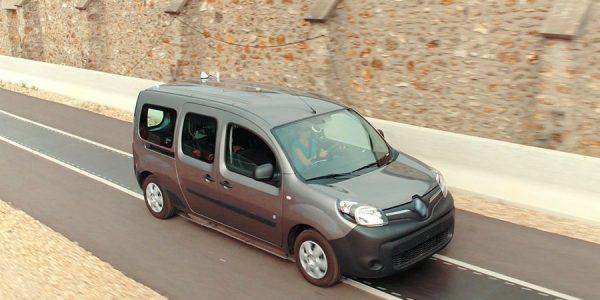 ¿Se puede recargar un coche eléctrico en marcha?