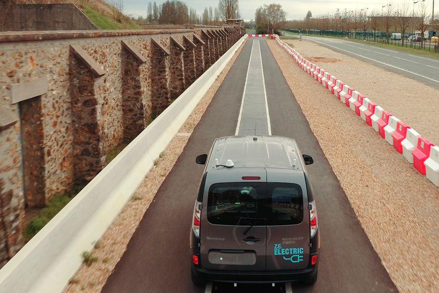 Qualcomm Technologies y Vedecom han instalado la primera parte del sistema de carga dinámica de los vehículos eléctricos en la pista de pruebas