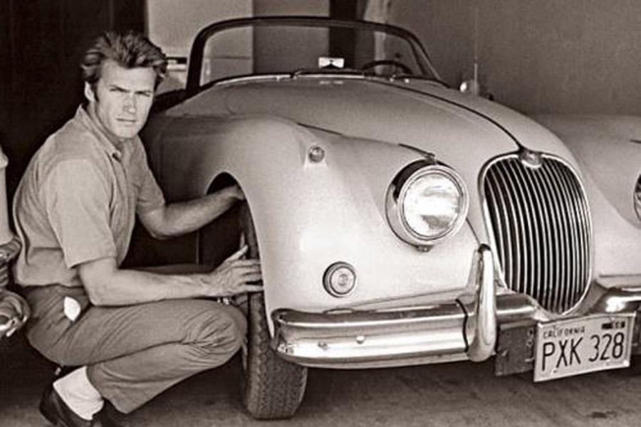 Clint Eastwood, junto a su Jaguar XK150.